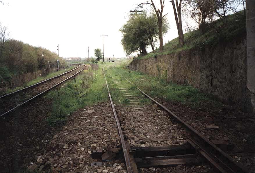 Einfahrt am Bahnhof. Aufnahme von unter der Brücke