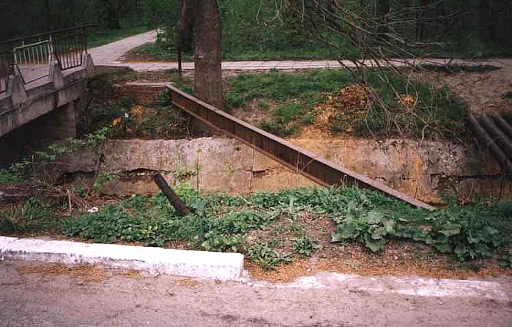 Reste der alten Brücke über den Weidenbach. Links im Bild ist die neue Brücke zu erkennen