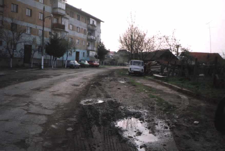 """Die holprige Straße und die """"Sozialistischen"""" Wohnblocks"""