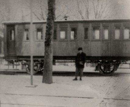 Schaffner Mitru-Bácsi vor dem Winterwagen im Kurpark