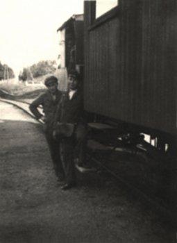 """Das Bild zeigt den Sommerwagen gekoppelt mit """"Etelka"""" am Busiascher Bahnhof auf Gleis 1"""