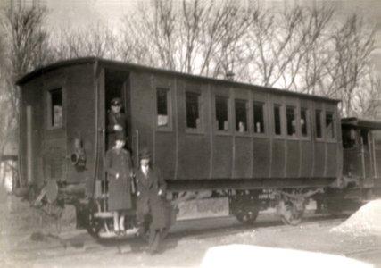 """Der Winterwagen im Kurpark, angekoppelt an der Motorlokomotive """"George"""""""