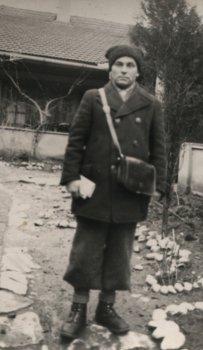 """Das Bild rechts zeigt den Schaffner der """"Kleinen Bahn"""" Dumitru Jurca (Mitru-Bácsi) in winterliche Dienstbekleidung"""