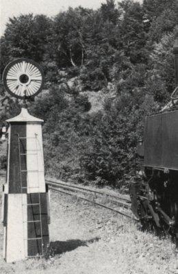 """Die Rückseite einer Banovits Signalanlage in der Stellung """"Halt"""""""