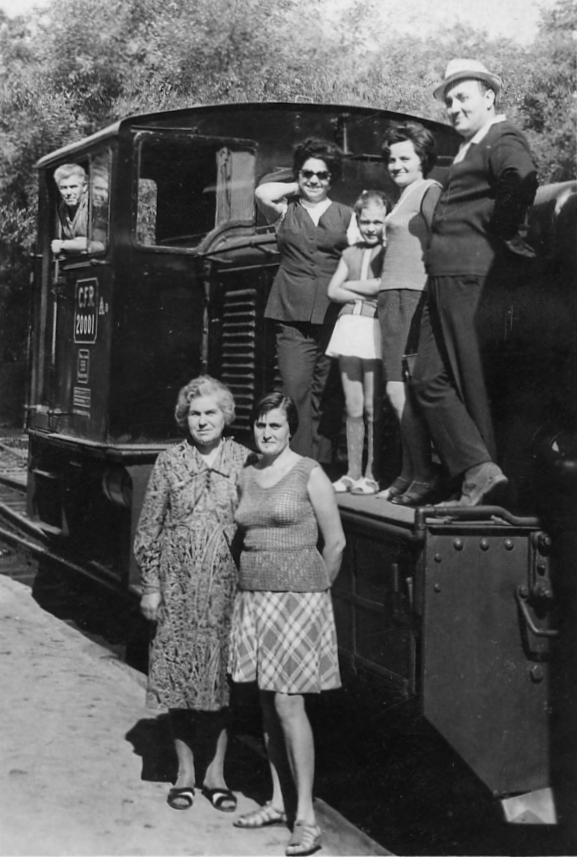 Diesellok 20.001 am Bahnhof im Kurpark um 1968 auf der Weiche zum Umsetzgleis. Auf der Lok der ehemalige Stationsvorsteher Ioan Porav mit Familie und Bekannten. Am Führerstand, ein unbekannter Lokführer.
